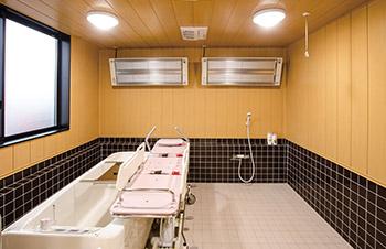 看護小規模多機能型居宅介護の機械浴室。寝たきりの人も入ることができる、機械が付いた浴槽。