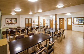 看護小規模多機能型居宅介護の食堂。車いすも通れるよう広い作りになっている