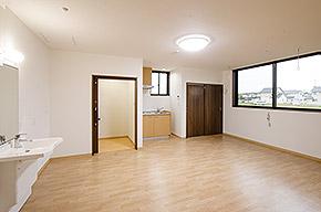 2人部屋の例。1人部屋と同じく、明るいフローリングに白めの壁。簡易キッチンが設置されている。